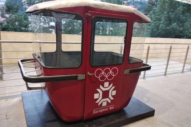 """Una cabina della prima """"Žicara"""" con i colori dei Giochi olimpici del 1984"""