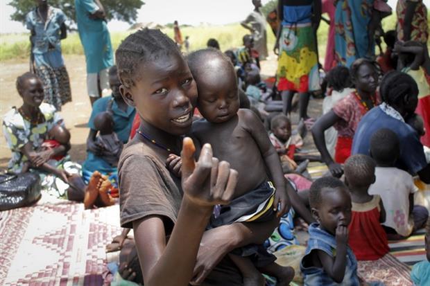 Mamme e bambini vittime della violenza in Sud Sudan, un Paese distrutto dalla sete di potere e denaro (Ansa)