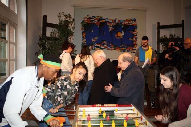 Il presidente della Cei fra i ragazzi ospiti del Sermig di Torino (Foto Juzzolino)