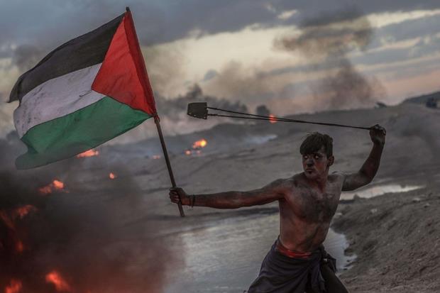 La foto-simbolo della Marcia del ritorno: anche ieri cinque giovani sono morti negli scontri al confine con l'esercito israeliano (Ansa)