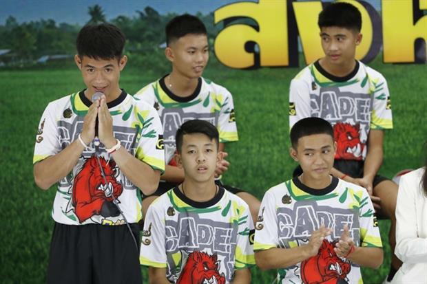 L'allenatore, Ekkapol Janthawong, a sinistra, racconta la terribile esperienza (Ansa)