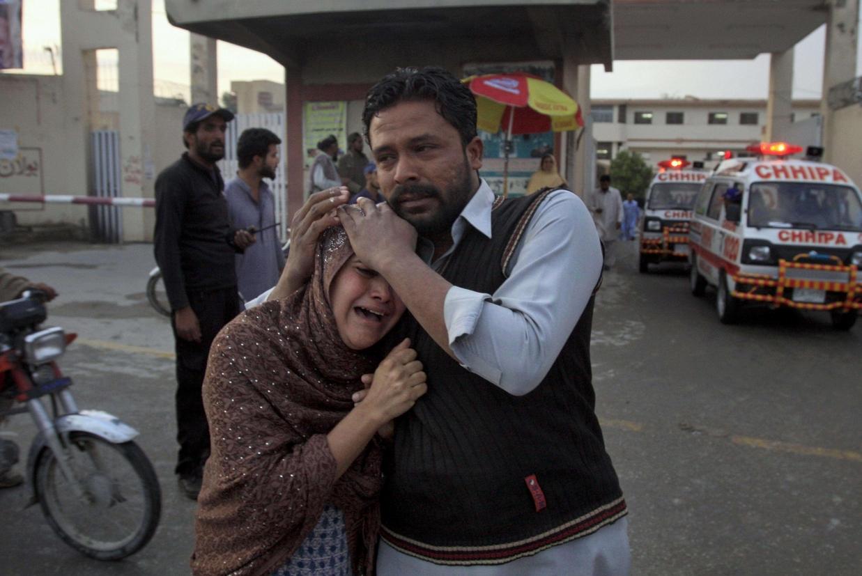 La moglie di una delle vittime del raid contro i cristiani domenica scorsa a Quetta (Ansa)