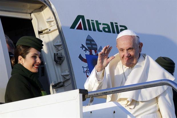 Papa Francesco saluta al momento della partenza da Fiumicino (Ansa)
