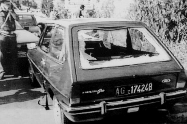 L'auto del giudice Livatino crivellata di colpi (foto Ansa)