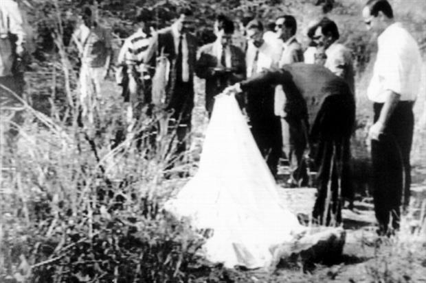 Il corpo del giudice Livatino coperto da un lenzuolo nel luogo dell'omicidio (foto Ansa)