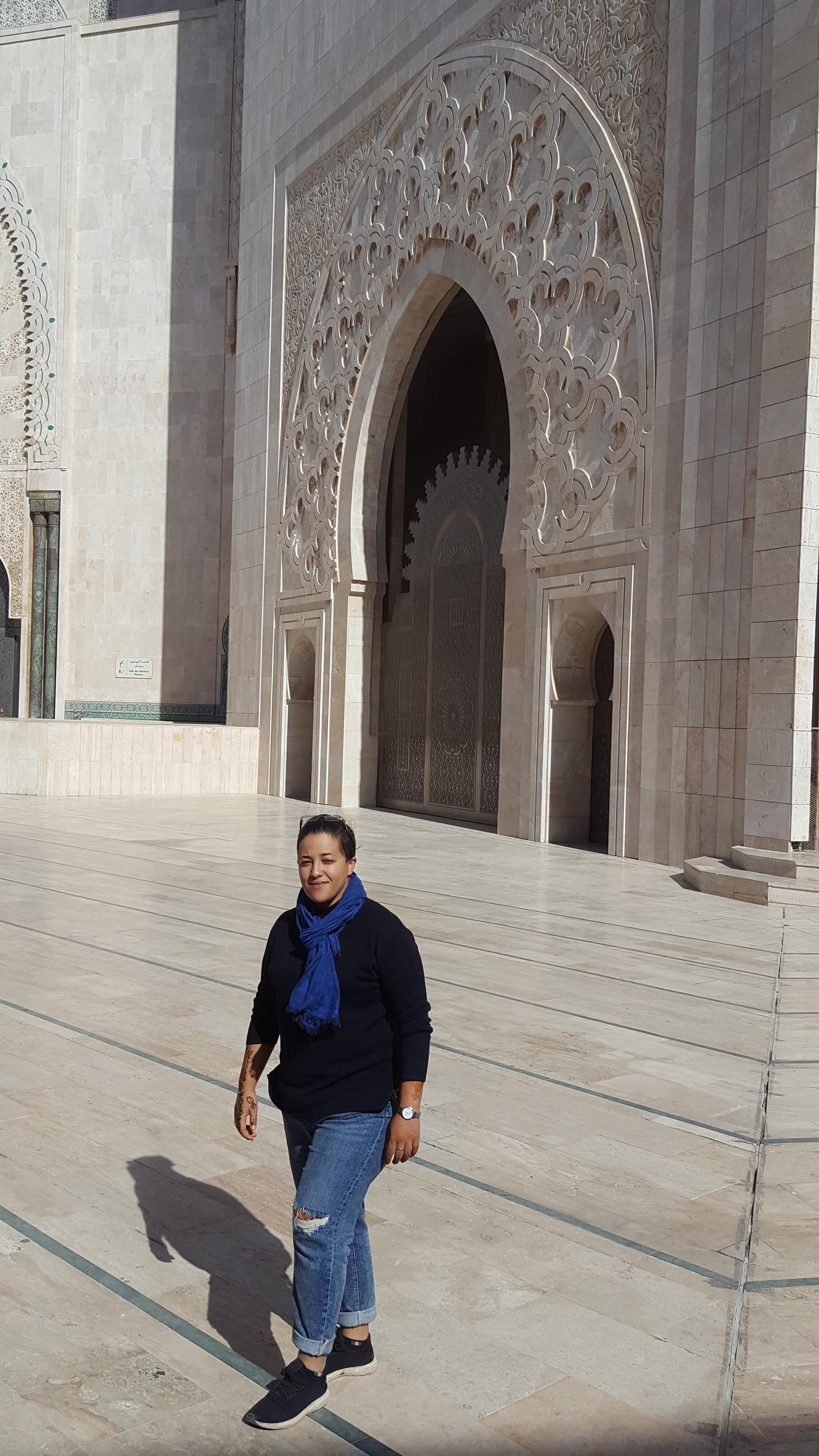 La giovane Luna davanti alla moschea di Hassan II a Casablanca, in Marocco (G. Paolucci)