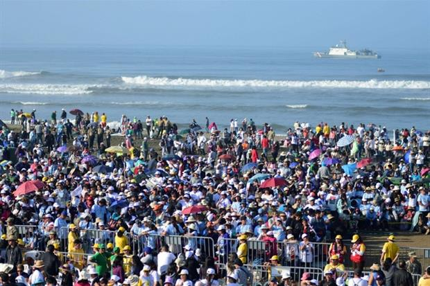 Sulle rive del mare in attesa di papa Francesco (Ansa)