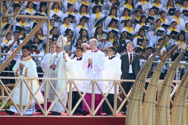Papa Francesco sale sul palco per celebrare la Messa vicino Trujillo (Ansa)