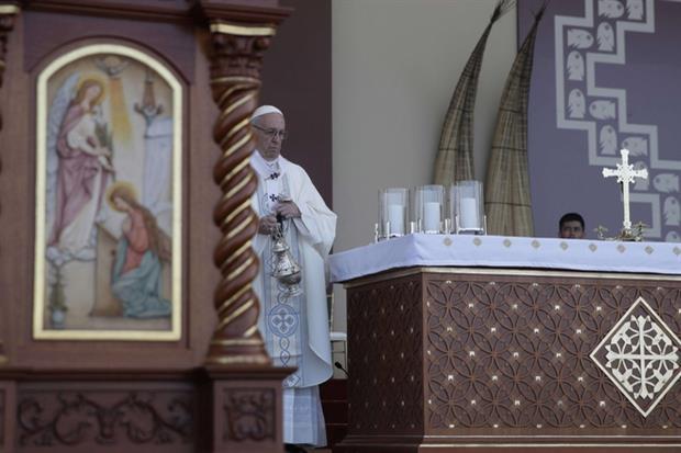 Papa Francesco durante la celebrazione a Huanchaco in Perù (Ansa)