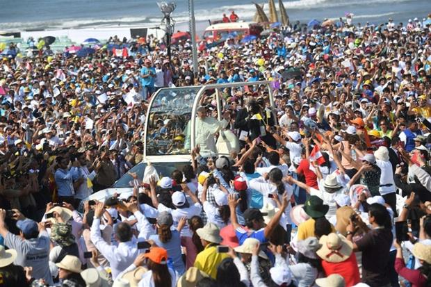 Papa Francesco sulla papamobile tra i fedeli (Ansa)