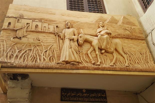 Un bassorilievo della fuga in Egitto della Santa Famiglia lungo le vie del Cairo (foto Gambassi)