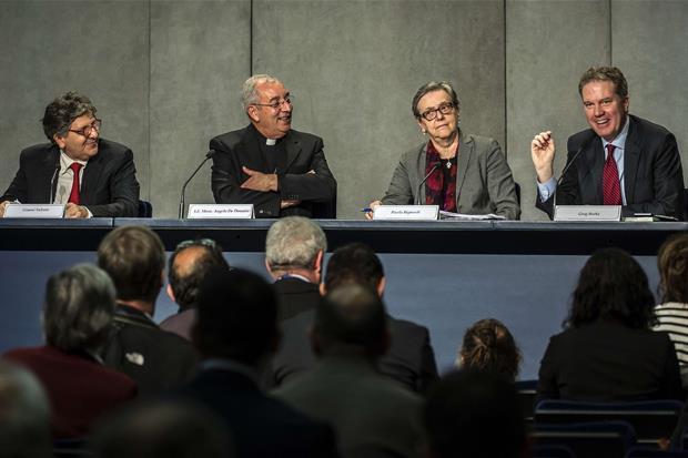 La conferenza stampa di presentazione: da sinistra Gianni Valente, monsignor Angelo De Donatis, Paola Bignardi e Greg Burke (Siciliani)