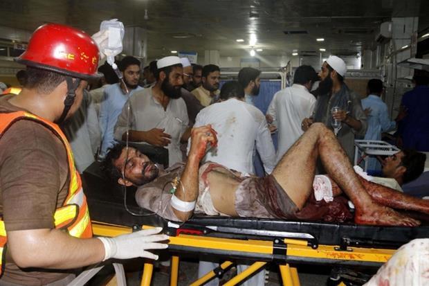 I soccorsi ai feriti nell'attacco rivendicato dai taleban (Ansa)