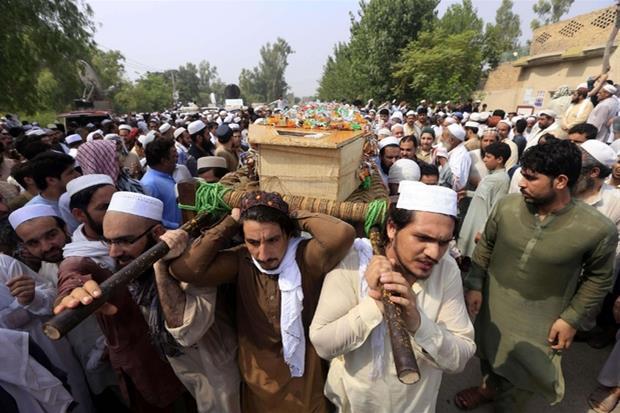 I funerali delle vittime questa mattina a Peshawar (Ansa)
