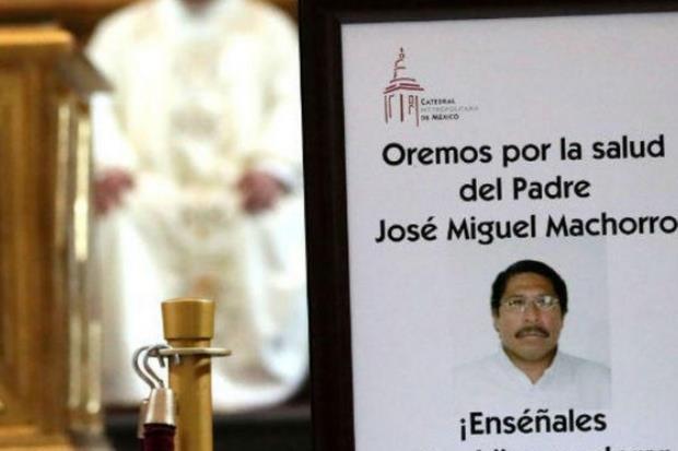 Una veglia di preghiera per padre Machorro, pugnalato il 15 maggio 2017 e morto in agosto in ospedale (Ansa)