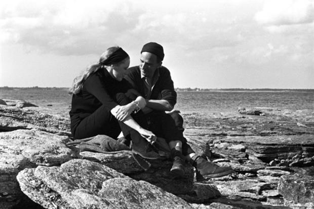Sull'isola di Faro, in Svezia, durante le riprese di 'Persona', primo film di Liv Ullmann diretta da Ingmar Bergman