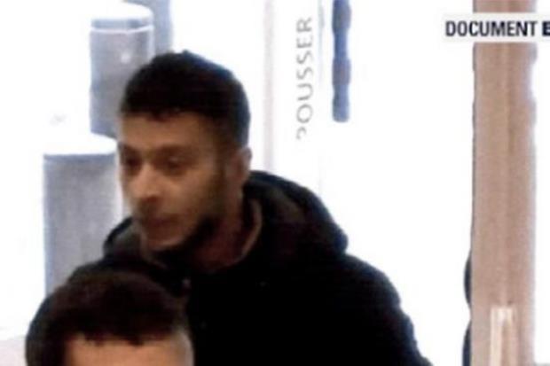 Salah Abdeslam (in alto) ripreso da una telecamera a un autogrill durante la fuga da Parigi (Ansa)