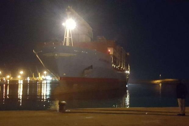 Il cargo Maersk approdato a Pozzallo (Ansa)