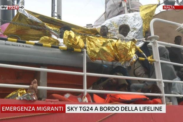 Alcuni frame dalle immagini di Sky TG24 a bordo della Lifeline