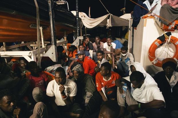 Le persone a a bordo della Lifeline ancora bloccata in mare (Ansa)