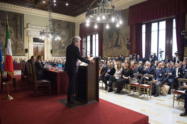 Il premier Paolo Gentiloni alla presentazione nella sala della Regina a Montecitorio