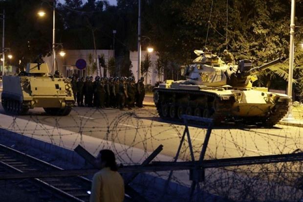 L'esercito turco chiude l'accesso a due ponti sul Bosforo a Istanbul il 15 luglio 2016 (Ansa)