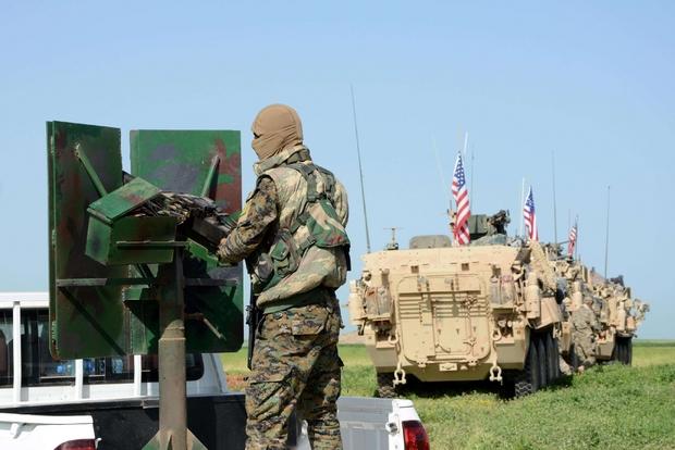 Combattenti curdi del Ypg  Darbasiyah (nel nord della Siria) scortati da un convoglio americano (foto Ansa)