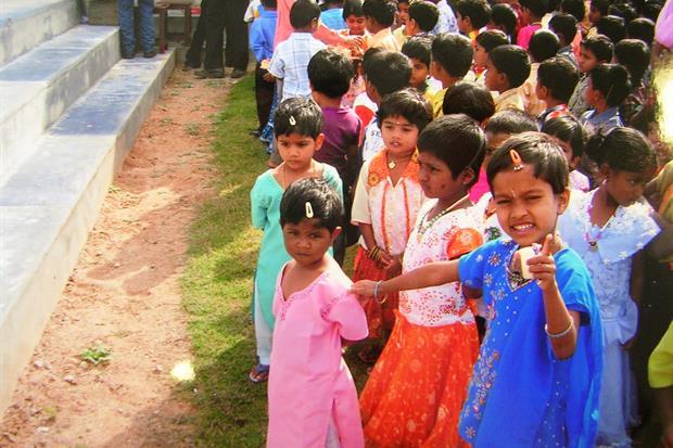 Piccole scolare possono studiare in India, grazie alla generosità di Pedrollo