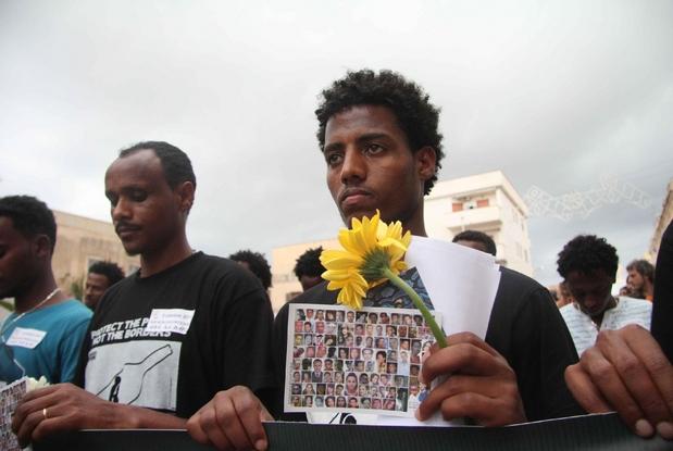 I parenti dei migranti morti nel naufragio di Lampedusa dell'ottobre 2013 (Ansa)