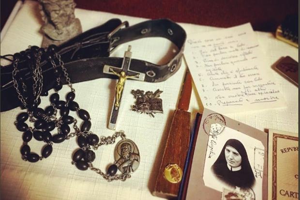 La scrivania di suor M.Caritas con il Rosario e le dieci regole