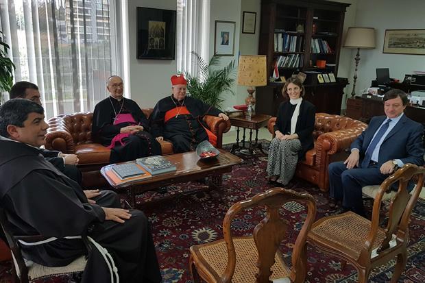 Il cardinale Gualtiero Bassetti nell'ambasciata italiana a Beirut (foto Gambassi)
