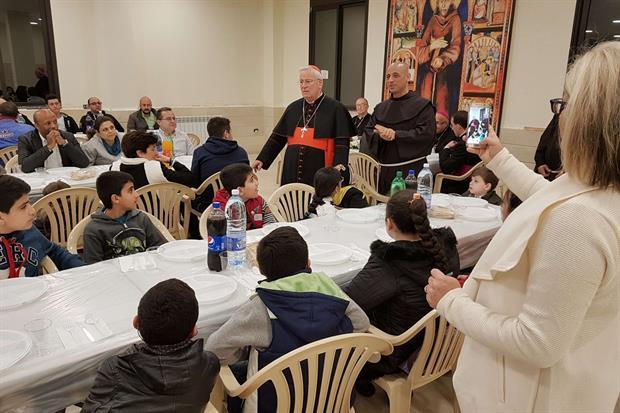 La cena del cardinale Gualtiero Bassetti con le famiglie di profughi e gli 'ultimi' (foto Gambassi)