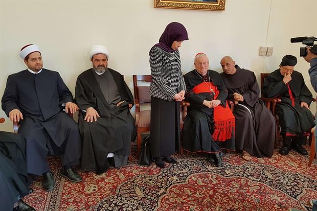 Il cardinale Bassetti con la ministra allo sviluppo durante l'incontro con i leader religiosi e politici a Tiro (foto Gambassi)