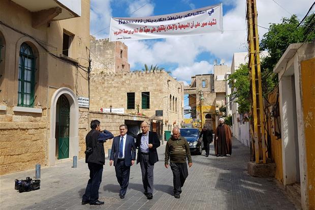 Uno degli striscioni di benvenuto a Bassetti lungo le strade di Tiro (foto Gambassi)