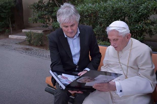 Il Papa emerito con il fotografo Stefano Spaziani nel monastero Mater Ecclesiae