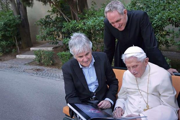 Il Papa emerito con il segretario l'arcivescovo Georg Gänswein e con il fotografo Stefano Spaziani nel monastero Mater Ecclesiae