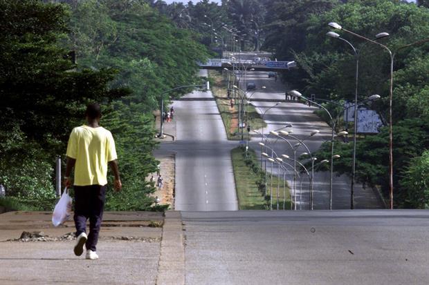 Costa d'Avorio, un viale deserto nei dintorni di Abidjan (Ansa)