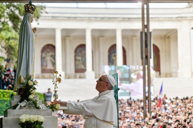 Papa Francesco durante la sua visita nel Santuario mariano di Fatima (Epa)