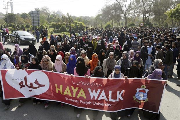 Studenti dell'Università del Punjab sfilano per protestare contro la celebrazione di San Valentino a Lahore, in Pakistan (Ansa)