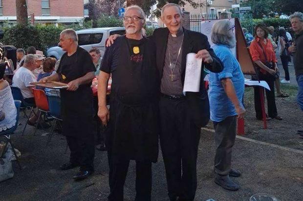 L'arcivescovo di Bologna, Zuppi assieme al fondatore di Cucine popolari nella serata del terzo compleanno