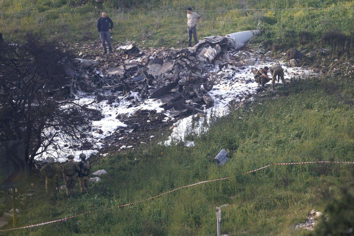 Il luogo dello schianto, in territorio israeliano, dell'Air Force F-16 abbattuto dalla contraerea russo-siriana (Ansa)