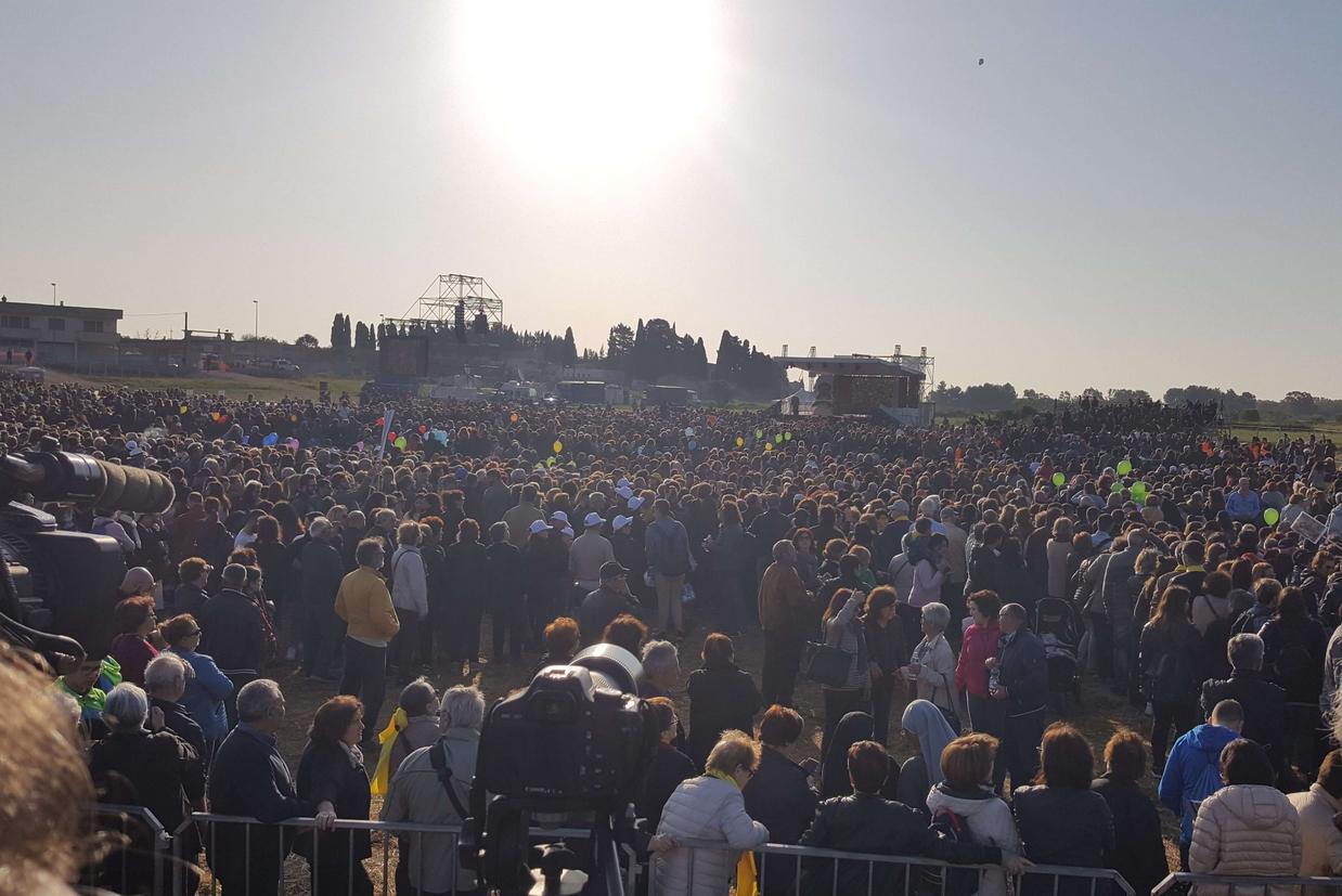 La folla dei fedeli in attesa fin dall'alba (foto Muolo)