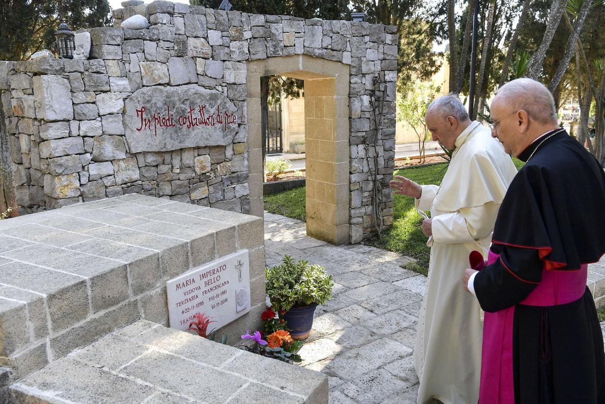 Il Papa sulla tomba della madre di don Tonino (Fotogramma)