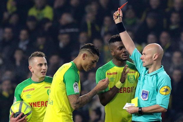 L'arbitro Tony Chapron espelle il difensore del Nantes Diego Carlos (Ansa)