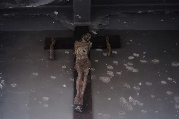 Il crocifisso del collegio dei gesuiti di Aleppo crivellato di colpi