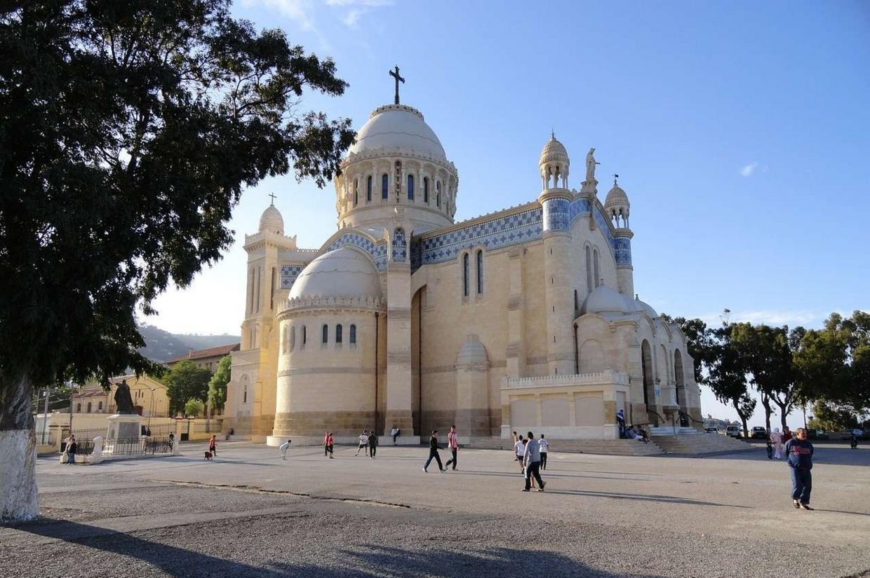 La basilica di Nostra Signora d'Africa su un promontorio di Algeri