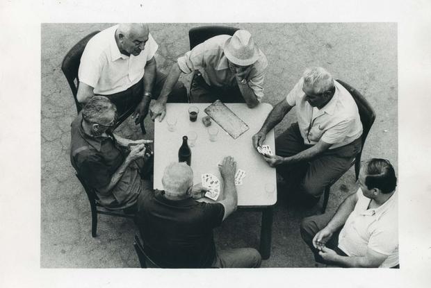"""Uno scatto inedito di Gianni Berengo Gardin a Luzzara che non entrò nel libro """"Un paese vent'anni dopo"""" (1976) in mostra a Reggio Emilia"""