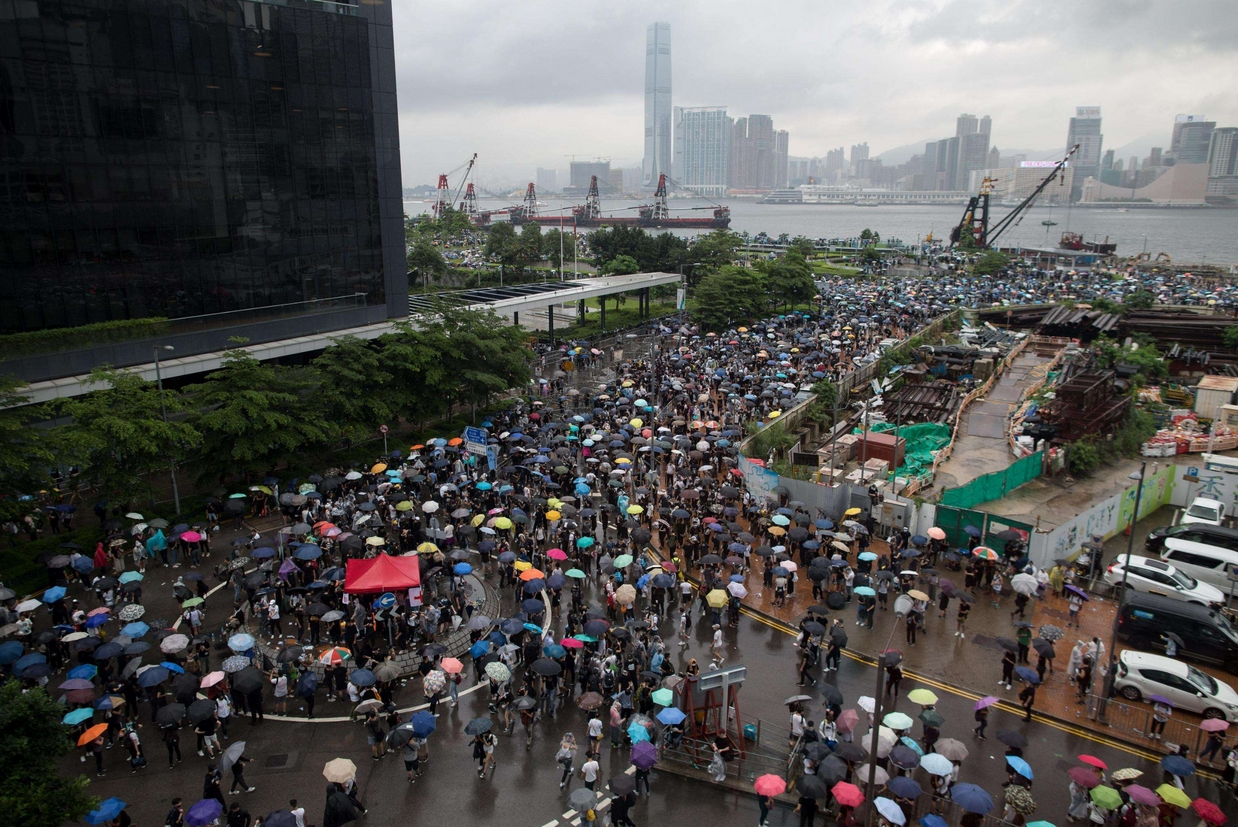 Migliaia di manifestanti bloccano le strade d'accesso all'Assemblea Legislativa di Hong Kong, dove stamani sarebbe dovuto iniziare l'esame della legge sull'estradizione che consegnerebbe alla Cina i fuggitivi (Ap)
