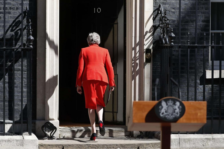 La premier britannica Theresa May rientra al 10 di Downing Street dopo avere annunciato le dimissioni (Ansa)