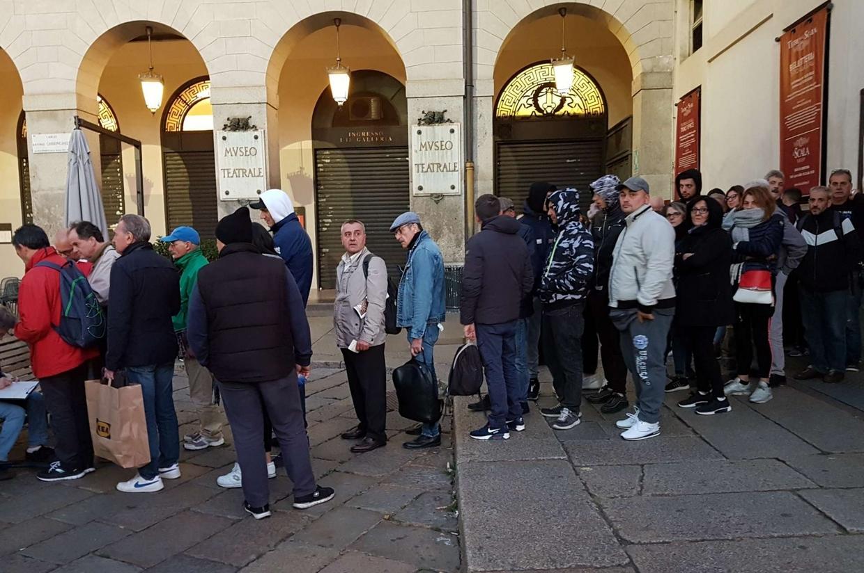 Davanti al teatro alla Scala la coda dei melomani per acquistare i biglietti della prima di 'Tosca'